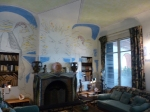 Cocteau décora tous les recoins (dont le salon) de la Villa Santo Sospir, où il séjourna très souvent dans les années 1950