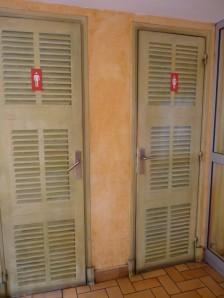 Même les toilettes de la confiserie sont aux couleurs niçoises