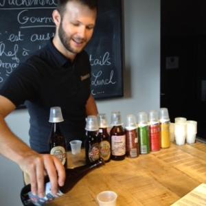 Simon Leblanc dirige la dégustation de bières de microbrasseries québécoises et ontariennes